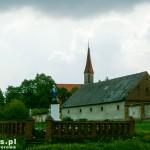 Figura we Wonieści, w tle wieża kościoła