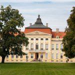 Jeden z najładniejszych pałaców w Polsce wybudowany dla K. Raczyńskiego w XVIII w.