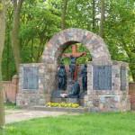 Brody. Pomnik polechłych w I wojnie z rzeŸbioną grupą pasyjną