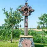 Chrześcijański krzyż i pogańskie błyskawice Perkunasa