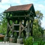 Ścieniska. Obok kościoła drewniana dzwonnica z XIX w