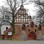 Rąbiń. Kościół św. Piotra i Pawała z XV-XVI w. Wokół kościoła rodzinny cmentarz Chłapowskich.