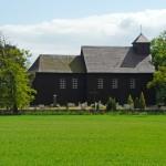 Gogolewo. Drewniany kościół kryty gontami z 1779 r.