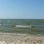 Dno zalewu opada łagodnie i można daleko oddalić się od brzegu