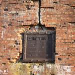 Ruiny dawnej śluzy w Marzęcinie. Tablica z nazwiskami obsługi