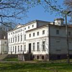 Rakoniewice. W parku pałac neorenesansowy