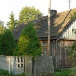 Kolejny dom, zdobienia, dachówka i drewniane okna