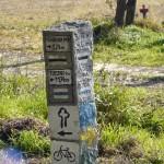 Szalki w Puszczy Zielonce są dobrze oznakowane, często podawany jest kilometraż