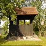 Dzwonnica z XVIII w. Obok lipa – pomnik przyrody