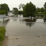 Powódź. Zalana droga w Luboniu