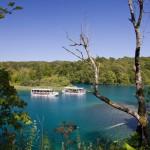 Aby dostać się na drugi brzeg jeziora trzeba skorzystać z promu-stateczku (koszt wliczony w cenę biletu).