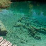 Jeziora oddzielone są od siebie trawertynowymi groblami , na których tworzą się wodospady, których naliczono tutaj ponad 90