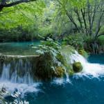 Te wspaniałe i niepowtarzalne odcienie wody: turkusu, szmaragdu, zieleni i błękitów spowodowane są dużym nasyceniem wapienia z podłoża. Koloryt wody zależy również od miejsca z którego się obserwuje i promieni słonecznych.