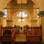 Wnętrze synagogi. Bima z bogatą dekoracją