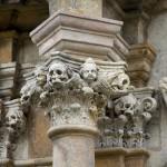 Przy Sanktuarium Świętego Krzyża stoi 19 grobowców, które są cennym zabytkiem tego typu na Dolnym Śląsku