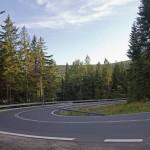 Serpentyny i stromy podjazd ze Szklarskiej Poręby do Jakuszyc
