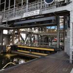 Bramy wanny statkowej i stanowisk kanału są wykonane jako bramy podnoszone. Barka czeka w wannie na opuszczenie