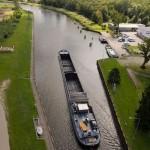Po kilku minutach barka płynie kanałem w stronę Odry