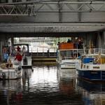 Operacja podnoszenia statków w wannie przebiega z prędkością 12cm/s. Długość wanny wynosi 85 m, szerokość 12 m, a głębokość wody 2,5 m. Masa wanny wraz z wodą wynosi 4.300 t.