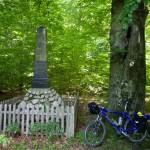 oraz pomniki upamiętniające walki partyzanckie w 1942 r