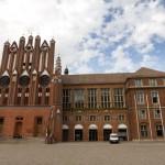 Ratusz został wzniesiony w północnoniemieckim stylu ceglanego gotyku w 1253, wraz z chwilą przyznania Frankfurtowi nad Odrą praw miejskich