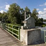 Mostek z zastawką. Obszar Parku pocięty jest gęstą siecią starorzeczy, kanałów, rowów i rozlewisk o łącznej długości ponad 200 kilometrów