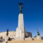 Statua wolności. Kobieta trzyma gałązkę palmową – symbol pokoju