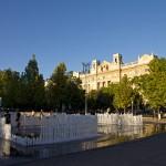 Interaktywna fontana przy Placu Wolności, wokół olbrzymie gmachy, m.in Banku Narodowego