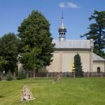 Kościół z 1903 w Siedliskach a na planie pierwszym skamieniałe pnie