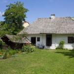 Zagroda sitarska z połowy XIX w. Drewniany dom połączony z warsztatem oraz przyległe budynki gospodarcze to obecnie muzeum.