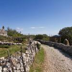 Stara chata, bróg z sianem i kamienne murki
