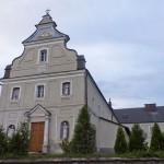 Biłgoraj. Kościół i klasztor franciszkanów. Za nami dzwonnica-brama