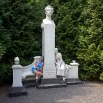 W parku pomnik J. Słowackiego