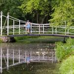 W parku liczne kanały, mostki i stawy. Rośnie tam też wiele starych i rzadkich okazów drzew i krzewów