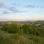 Panorama z wieży. Miasto w dolinie Wieprza, w tle Góra Chełmowa