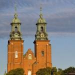 Katedra w Gnieźnie widziana z okna samochodu na trasie nr 5