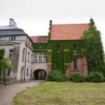 Turew. Porośnięta winobluszczem kaplica Chłapowskich z lat 1760-70, przebudowana w 1820-30