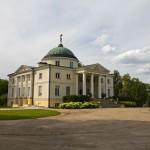 Pałac Lubostroń to perła polskiego klasycyzmu. Na kopule rzeźba Atlasa dzwigającego kulę ziemską