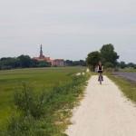 Opuszczamy Lubiń szutrową ale równą ścieżką rowerowa