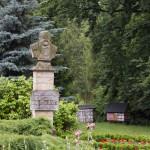 Grabonóg – pomnik E. Bojanowskiego, w tle kolekcja uli