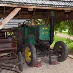 Grabonóg – przy pałacu prócz ciekawych zabudowań folwarcznych ekspozycja narzędzi i maszyn rolniczych