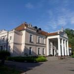 Pałac w Gębicach z początku XIX w z czterokolumnowym portykiem
