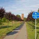 Z Gębic do Pępowa docieramy drogą rowerową. W tle gotycki kościół św. Jadwigi.