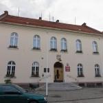 Kobylin. Ratusz z 1849 r mieści urząd miasta. Nad wejściem herb miasta