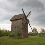 Stary Kobylin. Przy wiatraku z 1877 r. pod zadaszeniem przeczekaliśmy burze. Nie liczcie, że można posiedzieć w tej małej altance i odpocząć bowiem służy za wychodek! Skandal.