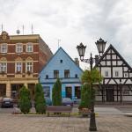 Poniec. Przy rynku domy z XVIII i XIX w. Domy szachulcowe z XVIII z dachem gontowym