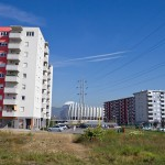 Między blokami nowego osiedla wyrasta stadion