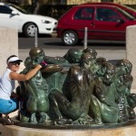 """Przed teatrem znajduje się """"Fontanna życia"""", dzieło chorwackiego rzeźbiarza Ivana Mestrovića z 1905 r"""