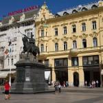 Centrum Dolnego Miasta a zarazem główny plac miasta to Trg bana Josipa Jelacica, którego przedstawia pomnik stojący pośrodku