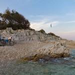Plaża w Rabac, czyste zejścia, murki tworzą wiel stref intymnych.